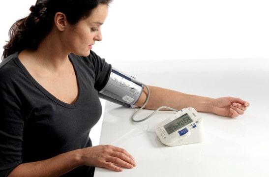 heo dõi huyết áp tại nhà và đi khám bác sĩ đều đặn