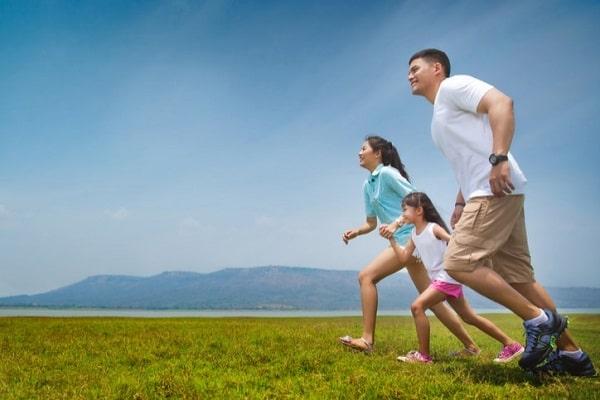 Nhận hỗ trợ từ người thân, bạn bè cũng là 1 trong 10 mẹo hay trị huyết áp cao hiệu quả